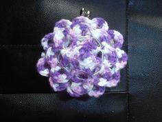 Cartera modelo Flor con lana jaspeada. Hecha con las anillas de las latas de refresco. #crochet #ganchillo #handmade  #purse #poptabs #anillas https://www.facebook.com/ovilladans/