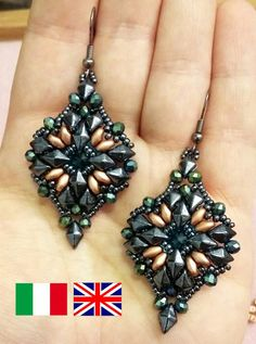 Photo tutorial to PDF with instant download Difficulty: medium/easy Available language: Italian and English at your choice Earrings made with 15/0, 11/0 seed, diamonduo, 3 x 4 and 12 mm rivoli to superduo, spring onion.