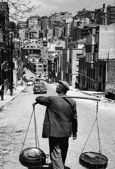 Cihangir Akyol Sokak'ta bir yoğurtçu (1950'li yıllar) istanbul Beyoğlu panoraması..