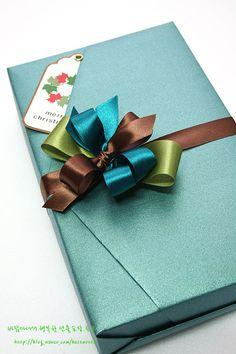 쌀쌀한 겨울밤~ 다들 잘 보내고 계세요? 전 지금 따땃~~~한 아랫목에서 노트북 붙잡고 포스팅하고 있답니다.ㅎㅎ 궁뎅이가 아파서 폭신한 쿠션 하나 깔구요. 히히히^^* 오늘밤엔 크리스마스와 연말연시에 사용하기 좋은 선물포장법 하나 알려드리려구요. 카드나 연하장, 태그를 끼워 선물할 수 있는 V자 모양 선물포장~ 이렇게 만들었답니다.^^ ★ 재료는요... 포장지, 양면테이프, 리본 3가지, 리본공예용 철사(혹은 빵끈), 태..