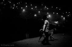 // Navidad. Esperanza © Charlie Jara /  #charliejara #StreePhoto #StreePhoto_bw #PhotosStreet #StreetPhotography #FotografíaCallejera #Foto #Fotografía #Gente #People #Lima #Perú #instagranmerperu #Igersperu #followme #arteEnLaCalle #everydaylatinamerica #iphoneography #navidad #niños #esperanza #d25