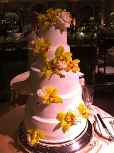 A pop of yellow. #Weddings #Cake