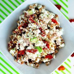 Lahodný šalát z pohánky, tuniaka, avokáda a cottage cheese. Je priam preplnený bielkovinami, vitamínmi a minerálmi, obsahuje tiež komplexné sacharidy a zdraviu prospešné tuky. Skvelo sa hodí na obed či na večeru. Určite po ňom neostanete hladní ;) Ingrediencie (na 4 porcie): 350g cottage cheese 300g tuniaka vo vlastnej šťave 100g suchej pohánky 2 avokáda paradajky (voliteľné) 1 PL cesnakového korenia štipka morskej soli  Postup:  Pohánku prepláchneme, zalejeme dvoma dielmi vody a uvaríme…