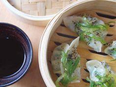 JIAOZI DE GAMBA Y PUERRO SALTEADO con tohsaka verde y roja y salsa teriyaki. Reserva online en EligeTuPlato.es