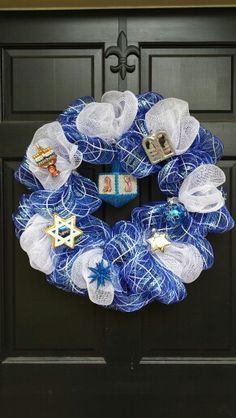 This mesh hannukah wreath is perfect for decorating for the season! #gorgeous