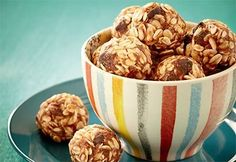 Boules d'énergie aux dattes et à l'avoine sans cuisson | .coupdepouce.com Healthy Breakfast Snacks, Healthy Meals For Kids, Kids Meals, Dog Food Recipes, Snack Recipes, Dessert Recipes, Healthy Recipes, Healthy Food, Eat For Energy