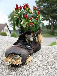 What Can We Do with Old Shoes? Please do not throw away old shoes. You can recycle the old shoes to Decorate Gardens And Outdoor Rooms. Garden Crafts, Garden Projects, Garden Ideas, Balcony Garden, Garden Pots, Container Plants, Container Gardening, Recycling Containers, Plant Containers