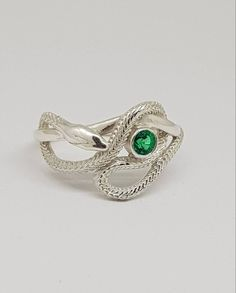 This Slytherin House Snake Ring is just one of the custom, handmade pieces you'll find in our statement rings shops. Anillo Harry Potter, Bijoux Harry Potter, Harry Potter Ring, Harry Potter Outfits, Snake Jewelry, Cute Jewelry, Jewelry Accessories, Slytherin Aesthetic, Harry Potter Aesthetic