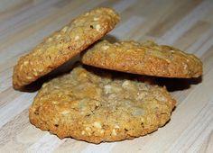 Ve velké míse smícháme vločky, mouku s kypřícím práškem, cukry, semínka a ořechy. V malém hrnci rozehřejeme máslo spolu s medem. Poté máslovou... Baked Potato, Banana Bread, Smoothies, Healthy Recipes, Healthy Food, Cookies, Baking, Breakfast, Ethnic Recipes