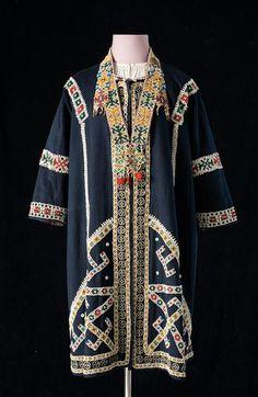 летняя  одежда народа ханты, живущего по берегам Оби. Женской летней одеждой был суконный или хлопчатобумажный халат, присборенный в талии, близкий по покрою русскому зипуну, без воротника, с длинными рукавами.ГИМ