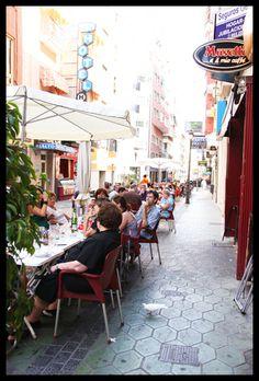 Piso de estudiantes en Rambla de Alicante. España. Terrazas de los bares cercanos. Animación constante y buena oferta gastronómica a todos los precios.
