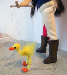 Make a working walking bird marionette sized for a doll or miniature dolls house scene.: Make a Simple Working Marionette Bird in Dollhouse Scale Bird Puppet, Marionette Puppet, Felt Puppets, Dollhouse Toys, Dollhouse Miniatures, Fun Crafts, Crafts For Kids, American Heritage Girls, Puppet Making