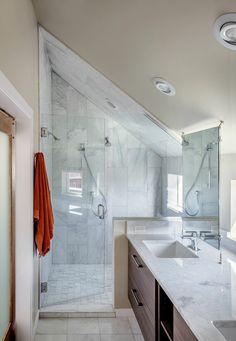 Die Dachschräge im Badezimmer kann für die Dusche genutzt werden