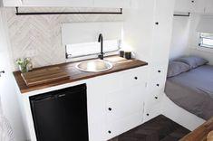 Caravan Renovation Diy, Diy Caravan, Caravan Living, Caravan Decor, Retro Caravan, Caravan Interiors, Caravan Ideas, Camper Ideas, Hymer
