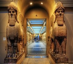 Lamassus, Colossal statues of two winged lions from the North-West Palace of Ashurnasirpal II, at British Museum. Estatuas colosales de leones alados, llamados Lamassus, del Palacio de Ashurnasirpal II, en Nimrud.