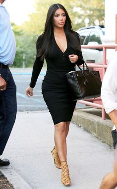 10 looks para copiar de Kim Kardashian agora. Vestido tubinho preto, bodycon, sandália de tiras nude