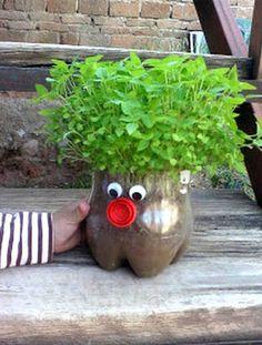 Puedes decorar tu jardín con elementos como botellas y aquí te enseñaremos como hacerlo paso a paso! 1 botella tijera pegamento ojos (lo puedes realizar tu mismo) Paso A Paso: 1) Corta la botella a la altura que quieras que sea tu muñeco, 2) Coloca una tapita para formar su nariz, sellarlocon pegamento. Tambien coloca sus ojos. 3) Agrega tierra dentro de ellos, asegúrate de realizar pequeños agujeros en el fondo de la botella para que el agua circule y no quede estancada.Descarga los…