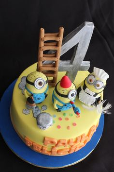 Cute cake with minion figures on top Gru Minion, Minion Food, Cake Minion, Fancy Cakes, Cute Cakes, Mini Cakes, Cupcake Birthday Cake, Cupcake Cakes, Macaroons