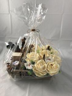 Esta bonita caja es ideal para regalar a mamá contiene productos naturales para el cuidado personal, además de lindas flores llenas de chocolates Chocolates, Floral, Table Decorations, Furniture, Home Decor, Mom Presents, Gift Boxes, Craft Gifts, Make A Difference
