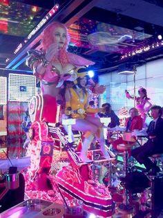 #MientrastantoenJapón alguien está cenando en una chica robot gigante de escasa ropa.