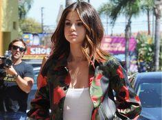 El último look de street style de Selena Gomez