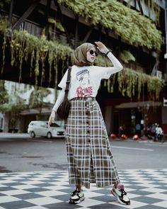 Tips mengenakan kaos pendek untuk hijabers – N&D – Hijab Fashion 2020 K Fashion, Muslim Fashion, Korean Fashion, Fashion Outfits, Long Skirt Hijab, Long Skirt Outfits, Modest Outfits, Casual Hijab Outfit, Hijab Chic
