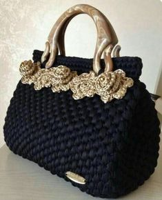 Discover thousands of images about Mariella SteganiDiscover thousands of images about Amazing crochet handbags from Italian designer Fascino di Luna Creazioni Hand Made.Bobble Stitch Handbag Crochet Pattern with Video TutorialCrochet purses and handbags o Crochet Shell Stitch, Bobble Stitch, Easy Crochet, Knit Crochet, Crochet Crafts, Crochet Stitches, Sewing Crafts, Crochet Handbags, Crochet Purses