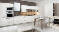 Model kuchyně STYLE je skvělou ukázkou, jak lze kuchyňský nábytek prolnout i do obývacího pokoje. Jednoduchá sestava, kde bílá krásně rozsvítí celý interiér