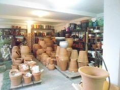 como fazer uma horta no vaso em casa compre um vaso por 1 metro e meio compre terra pronta adubada e compre uma mudas de hortalisa salsinha meregiçao cebolinha e outras plantas etc ai vai montando a horta