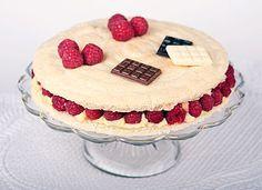 dacquoise amande + creme mousseline vanille et framboises