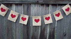 245024035946379662 AIqFzFDz c Guirnalda de arpillera con corazones pintados