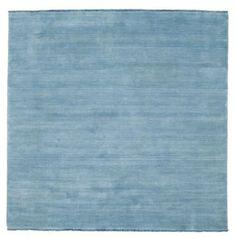 Diese Teppiche werden im indischen Bhadohi gefertigt – die weiche und hochwertige Wolle macht sie weich und behaglich. Im Fertigungsprozess kommt eine andere Art von Webstuhl zum Einsatz, der die Arbeit im Vergleich zum traditionellen Knüpfen per Hand schneller macht und die Preise dementsprechend senkt.