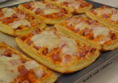 Je n'en finis pas de m'amuser avec mes moules à gaufres Tupperware ! Alors après les gaufres sucrée et les gaufres alsaciennes, voici mes gaufres façon pizza ! C'est tout simplement délicieux, aussi bien coupées en dés pour l'apéritif, qu'en plat complet... Gourmet Recipes, New Recipes, Pizza Sandwich, Pizza Pizza, Cuisine Diverse, Always Hungry, Street Food, Entrees, Brunch