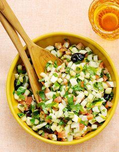 Recette Salade marocaine : Rincez tomates, fenouil, concombre, citron. Epongez-les et coupez-les en tout petits cubes de 0,5 cm de côté.Rincez les herbes, effeuillez-les et ciselez-les.Mélangez crudités, olives noires et herbes dans un saladier, et nappez d'huile et de vinaigre. Salez, poivrez...