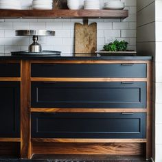 So inspired by this cabinet finish from @smithhanesstudio that I had to share with @alejowooddesign #smithhanesstudio #nuinteriors #nuness…