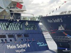 Mein Schiff 4 und Mein Schiff 5 liegen nebeneinander in Kiel im Hafen.