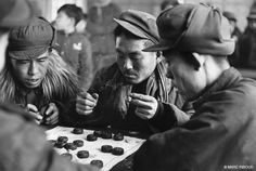 marc riboud - China during Hundred Flower Movement men playing Chinese Checkers Marc Riboud, Magnum Photos, Ruth Gordon, Social Photography, Urban People, Long Pictures, Diane Arbus, Become A Photographer, Moving To Paris