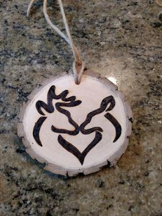 Rustic Whitetail Buck and Doe Chriatmas ornament or gift tag can be customized with the year and/or initials de perlas Wood Slice Crafts, Wood Burning Crafts, Wood Burning Patterns, Wood Burning Art, Wood Crafts, Christmas Wood, Christmas Projects, Christmas Crafts, Christmas Decorations