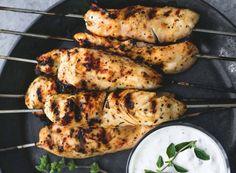 Les meilleures brochettes de souvlaki (au poulet)! La recette est super simple et j'ai inclus les recettes pour la sauce tzatziki et les patates grecques maison pour un trippe de bouffe méditerranéen. Bonne soirée