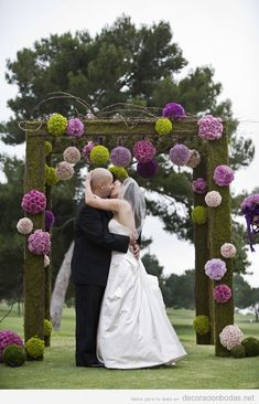 Altar de madera con flores para boda en jardín