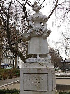 La grisette: elle fait partie des figures populaires du vieux Paris. Le terme de grisette désignait entre les XVIIème et XIXème siècles les jeunes parisiennes issues de la classe ouvrière qui exerçaient de petits métiers comme couturière ou vendeuse des quatre-saisons, leur nom vient de la couleur de leurs vêtements. 10e