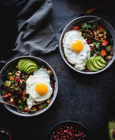 beautiful food photography: Veggie #Breakfast Bowl, fresh #salad with pomegranates + fried eggs + avocado. Healthy and substantial!