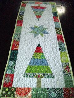 Beautiful Christmas Tablerunner ... No tutorial, but simple enough to figure it out.  Plenty of patterns for trees like this.  Small star, and pieced border!   Beautiful!