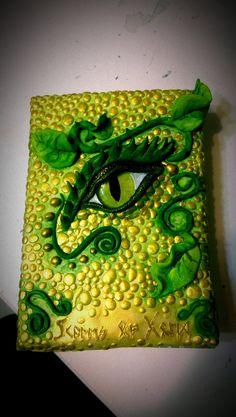 Écailles du Dragon d'or oeil livre par MonacleMonstore sur Etsy