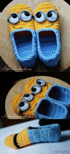 Minion Slippers pattern by Atelier Handmade Pantufa Minions Cute Crochet, Crochet For Kids, Crochet Crafts, Crochet Baby, Knit Crochet, Knitted Baby, Crochet Granny, Minion Crochet Patterns, Baby Knitting Patterns