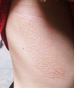 """Weiße Tattoos gelten in den USA als der """"letzte Schrei"""". Bei den Tattoo-Fans – weil sie dezent, anders und originell sind. Bei den Tätowierern – weil sie aufgrund ihrer Farbe einfach nicht ordentlich von Dauer sind. Weiße Tattoos haben das Problem, dass ihre Pigmente zwar genau wie alle a…"""
