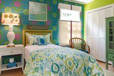 Выбираем обои для детской комнаты девочки: 85+ фото избранных идей и основные рекомендации http://happymodern.ru/oboi-dlya-detskoj-komnaty-dlya-devochek-foto/ Стена у изголовья кровати выделена темными текстильными обоями