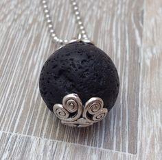 22mm grote ronde zwarte lava steen met twee sierlijke metalen kraalkapjes. Te koop bij JuudsBoetiek voor €5,00. Wil je er een ketting bij? Vraag naar de mogelijkheden! Bestellen kan via juudsboetiek@gmail.com.