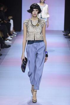 Armani Privé Spring 2020 Couture Fashion Show Haute Couture Handbags, Haute Couture Gowns, Style Couture, Haute Couture Fashion, Milan Fashion Weeks, Fashion 2020, Fashion Show, Paris Fashion, Armani Collection