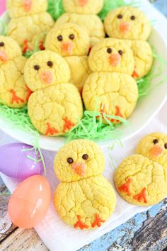 Simple lemon cake mix cookies decorated to look like little Easter chicks! Easter Chicks Lemon Cookies are so easy and fun for the family! Easter Cookies, Easter Treats, Cute Easter Desserts, Easter Deserts, Easter Snacks, Easter Appetizers, Snowman Cookies, Baby Cookies, Heart Cookies